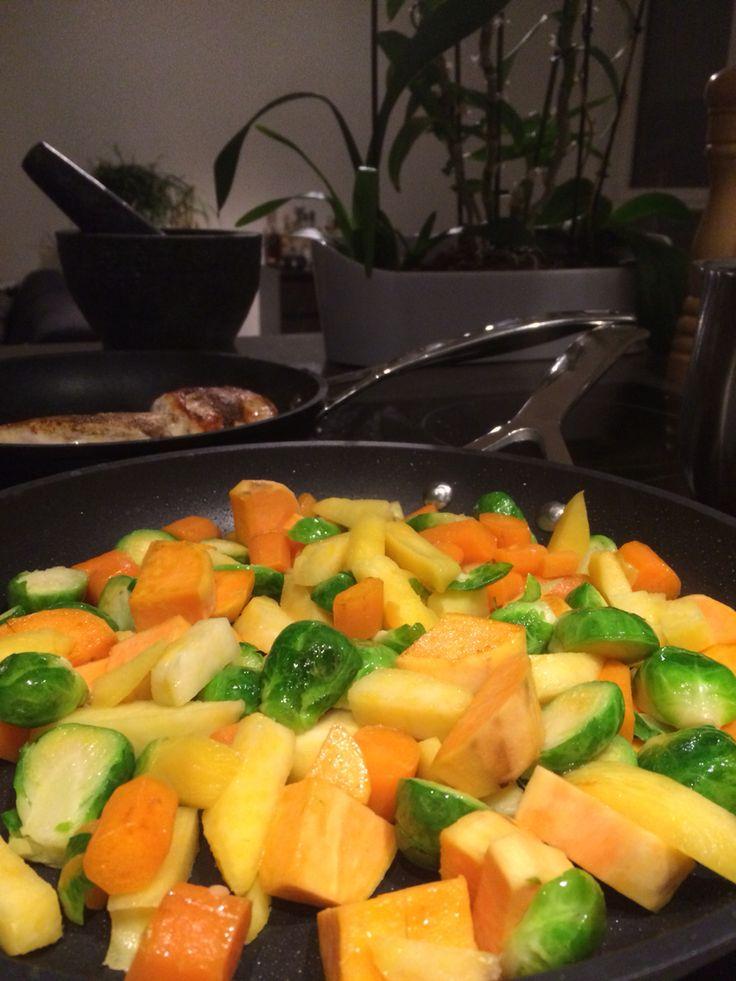 Spruitjes, raap, wortel en zoete aardappel. Bakken in de pan met een beetje kippenbouillon. Eventueel wat gebakken kip en/of spek toevoegen. Super eenvoudig klaar te maken, lekker en gezond. Smakelijk.