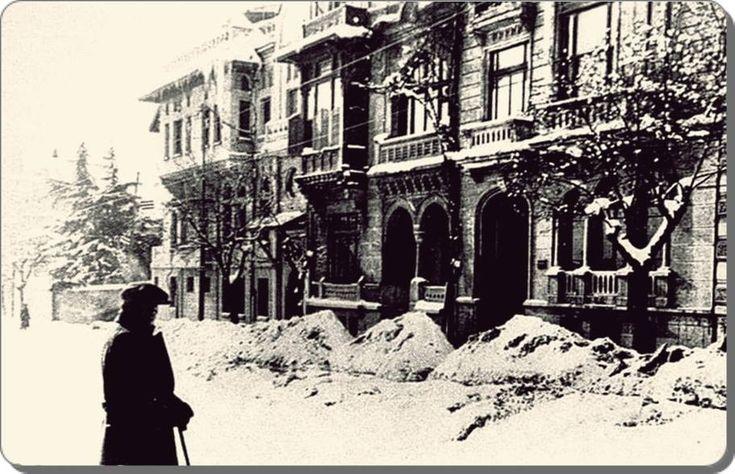Nişantaşı -1945. valikonağı caddesi, sol köşe Yekta lokantasının olduğu Mimar Vedat Tek binası