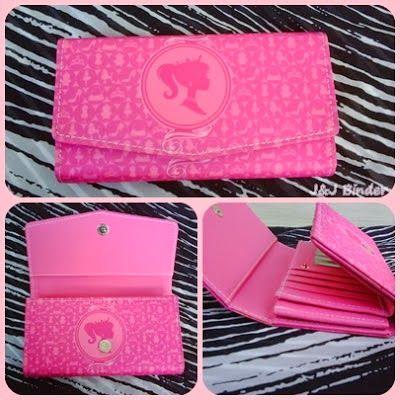 Nama  Produk : Dompet Barbie Pink Harga : 50rb Ukuran   : 20cmx35cm Bahan : Kulit Sintetis Bentuk Dompet : Lipat 3 ,1 slotfoto, 3 slotcard