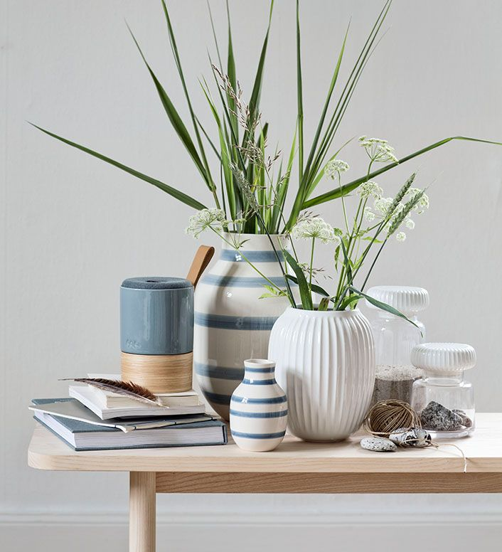Use reeds and wild flowers to crate a relaxed summery look.