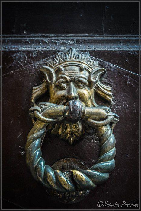 Дверные молотки, Италия. Источник фото: https://vk.com/wall-102659439_19 #италия #italia #литьё #дверныемолотки #искусство #скульптура #архитектура