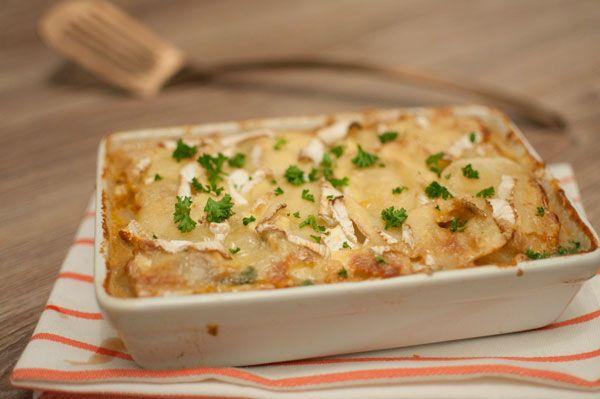 Ovenschotel met lamsgehakt en camembert; een bourgondische ovenschotel voor als het koud is buiten. Lekker met versgebakken brood.