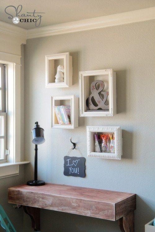 Collez de vieux cadres photo sur des boîtes en bois pour créer de jolies étagères.