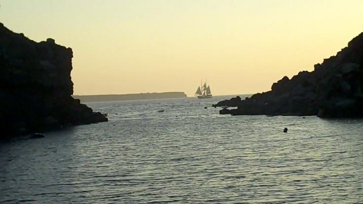 Santorini black rock passage    (Photo by fried-cas.com)