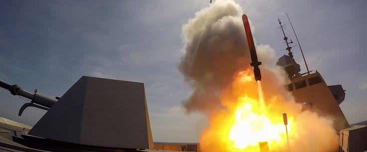 FREMM : succès du premier tir de Missile de Croisière Naval | colsbleus.fr : le magazine de la Marine Nationale. La frégate Aquitaine, tête de série du programme des frégates multimissions (FREMM),  vient de tirer avec succès ses premiers missiles Mer-Mer 40 Exocet et missile de croisière naval (MdCN). Ces tirs ont été réalisés respectivement les 12 et 19 mai au centre DGA Essais de missiles au large de l'île du Levant. Ces deux tirs de synthèse préparés par l'équipage de la Marine…