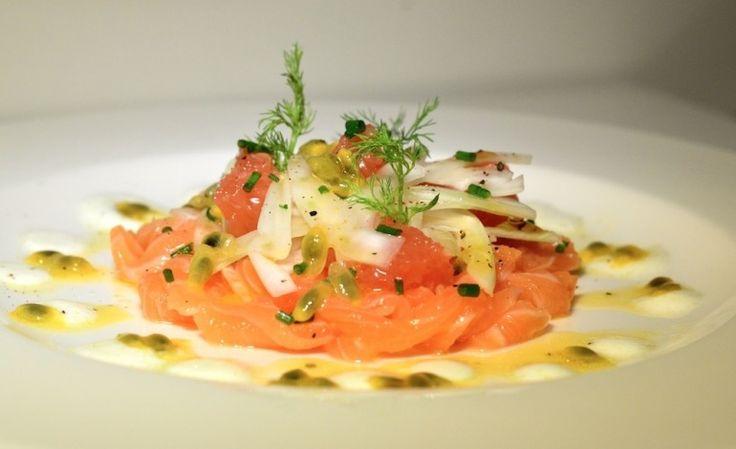 Crudo di salmone con pompelmo rosa e passion fruit