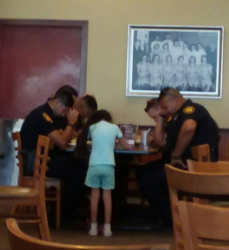 Paige Vasquez tiene 8 años y hace unos días se acercó a un grupo de policías en un restaurante de San Antonio,