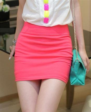 Перис Хилтон презентует розовые мини юбки