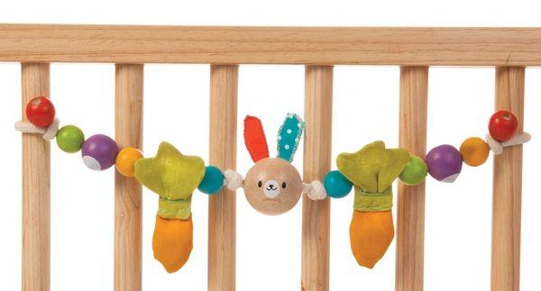 Från PlanToys kommer denna och många andra nyheter hos oss - skallror och leksaker på tråd att hänga över barnvagnen eller spjälsängen! Ekologisk av gummiträ och giftfri färg.