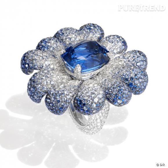 """Bague """"Fleur"""" De Grisogono       Bague en or gris sertie d'un saphir bleu de 34.12 carats, 1141 saphirs bleus de 25.26 carats et 782 diamants blancs de 9.26 carats.       Prix sur demande      www.degrisogono.com"""