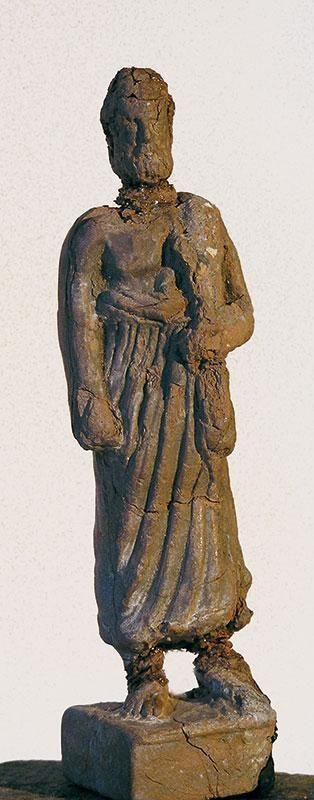 Асклепий        Терракота Высота – 16 см IV век до н. э. Танагра        Инв. № 338  Бородатый мужчина (см. илл. 9.) в перекинутом через левое плечо плаще. Правое плечо обнажено. Небольшая прямоугольная подставка.       Голова реставрирована. Приклеена. Кисть левой руки утрачена. Следы тонкой белой обмазки.        Литература: Winter F. DieТурепder Figurlichen Terrakotten.Т.I–II. S. Mollard-Besques, les terres cuites grecques. Paris,1964