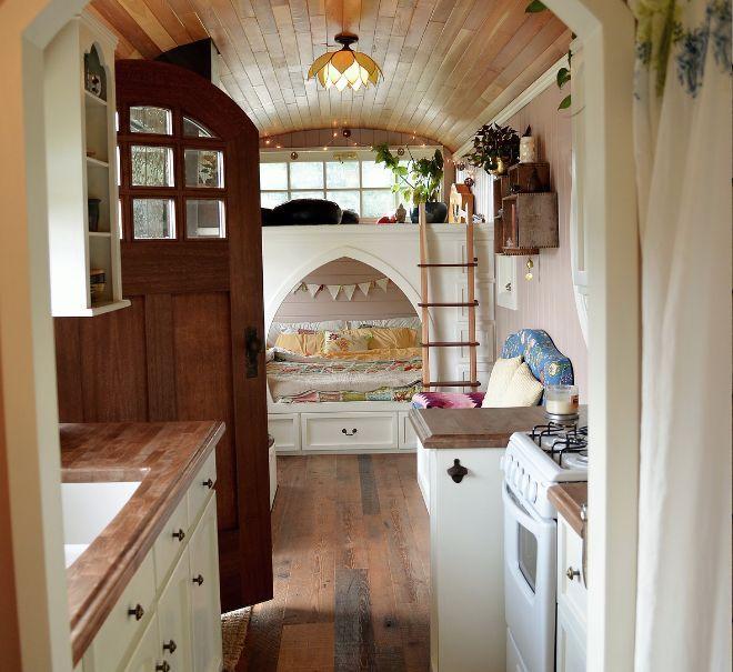 Mira y Jeremy Von Thompson cogieron un autobús escolar ordinario y lo transformaron en una extraordinaria casa diminuta. De acuerdo con Von Thompson Creative, Mira siempre fue una amante del arte, y su marido de la carpintería.