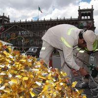 Inicia colocación de adornos patrios en el Zócalo