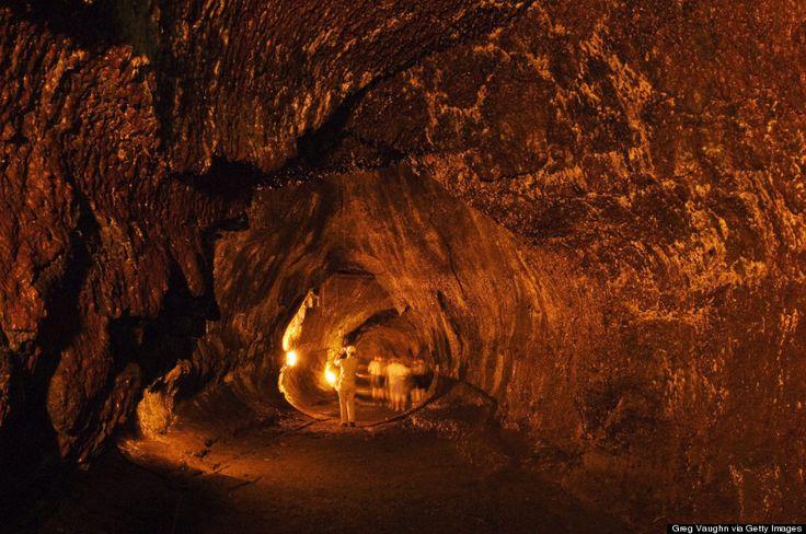 O tubo de lava Thurston, na Ilha do Havaí, Havaí, USA. Está localizado no Parque Nacional dos Vulcões do Havaí. Os tubos de lava são condutos naturais através dos quais a lava chega à superfície em um fluxo de lava, expelido por um vulcão em erupção. Eles podem estar ativos quando a lava ainda flui em direção à superfície, ou extintos, o que significa que o fluxo de lava cessou e a rocha esfriou, deixando um longo canal, semelhante a uma caverna.