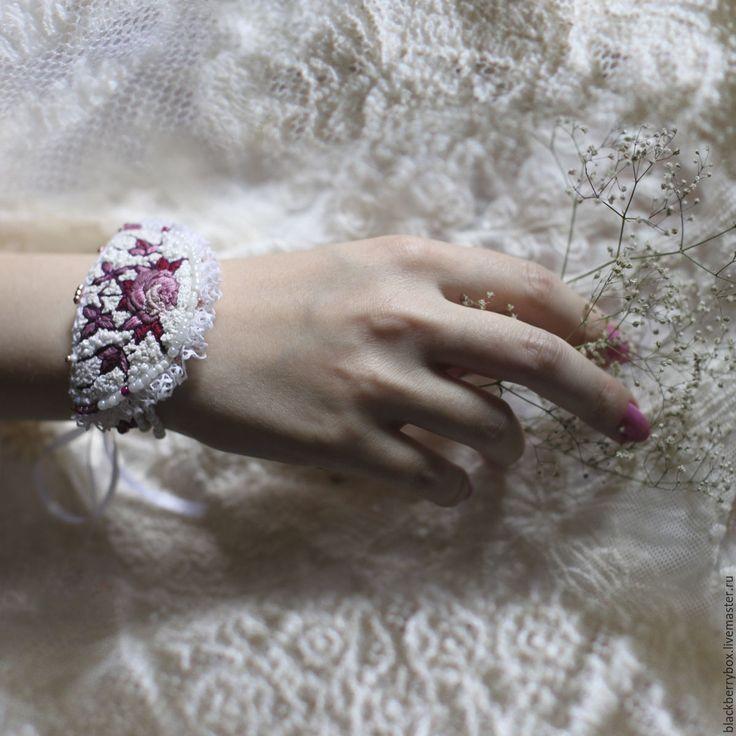 """Купить Браслет """"Витражный сад. Роза"""" - белый, пудровый цвет, розовый, бордовый…"""
