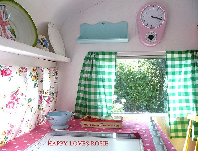 This is one of the sweetest little caravans I've ever seen. Leuk een klok en de gordijnen ook!