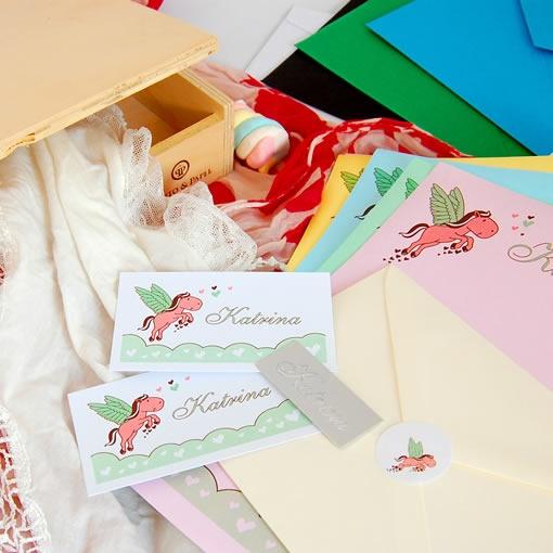 Referencia: prov152. Promo Infantil Nº 3. Set de papelería infantil compuesto por 50 tarjetas personales + 10 sobres + 20 hojas con membrete + 1 plancha de Stickers + 1 caja. Tamaño de stickers a elección.