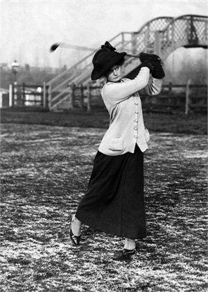 Inghilterra, 1910 Lady Helen Brassey durante un torneo di golf © Corbis
