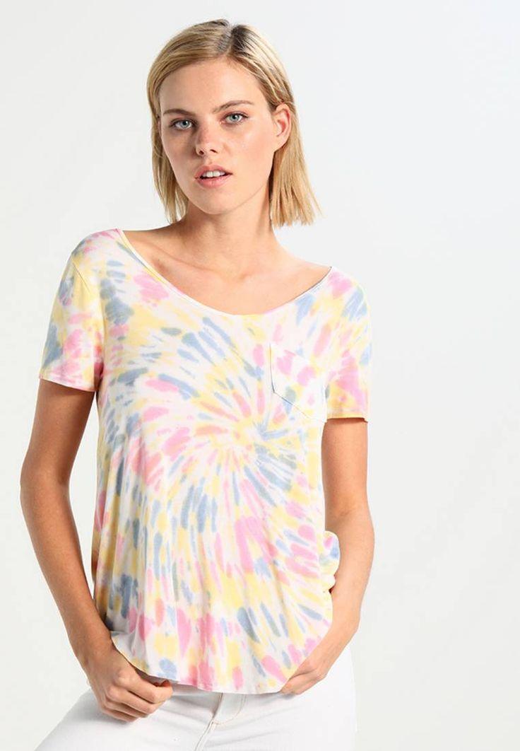 Hollister Co.. EASY UPDATE - T-shirt imprimé - multicolor. Composition:95% viscose, 5% elasthanne. Longueur totale:69 cm en taille S. Niveau de transparence:légère. Forme du col:col en V. Matière:jersey. Taille du mannequin:Notre mannequin mesure 178 cm et...