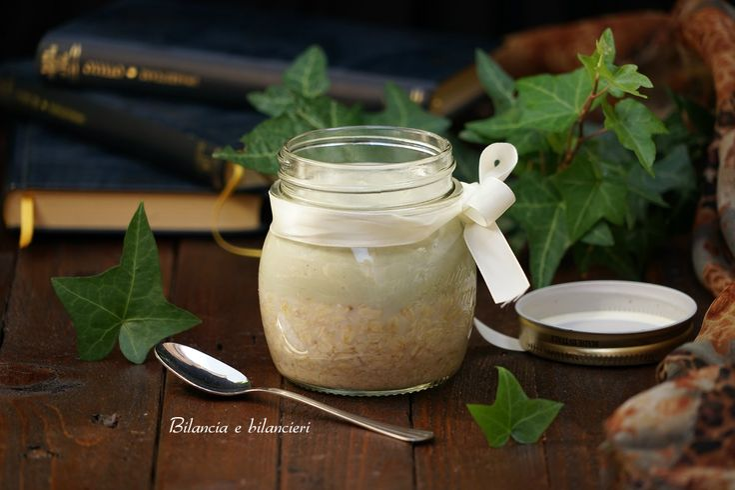 E' l'ora della colazione o della merenda! Cosa mangiare? Un fresco e veloce vegan overnight oats con yogurt di soia al tè matcha può essere un facile idea.