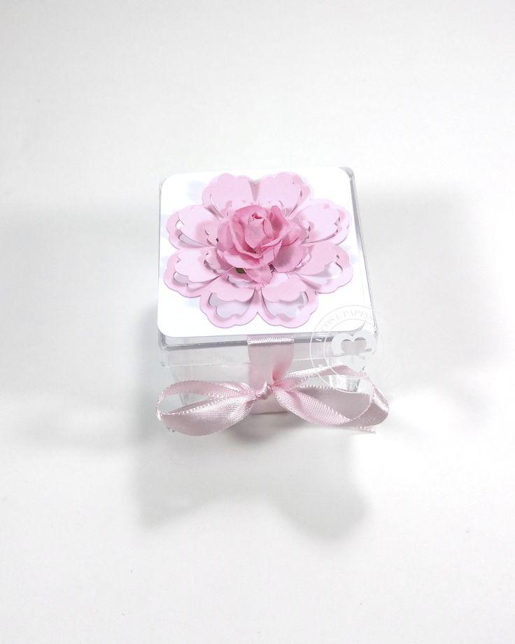 Caixinha acrílico com aplicação em Flor 3D    ++ ============================================    TAMANHO APROXIMADO: 5x5 cm  MATERIAL: Papel alta alvura fosco 180g  ACABAMENTO: aplique em flor com corte especial e flor de papel e laço de fita de cetim  ACOMPANHA: caixa acrílic...