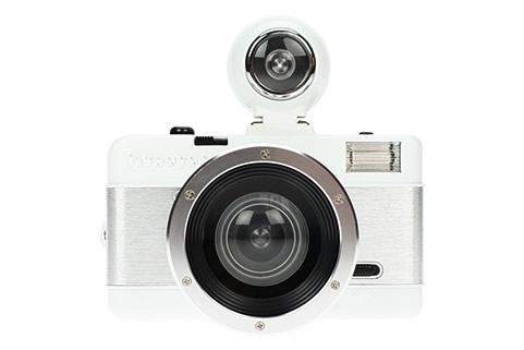 """Verdens mest spennede """"Fisheye"""" kamera er nå enda mer fasinerende enn før. Kameraet har hele 180 graders vidvinkel med perspektiv med forvrening effekter som bare en """"fish eye"""" kan gi. Fisheye 2 har mulighet for lange eksponeringer, dobbelt eksponering, avfyring av to forskjellige blitser på samme bilde. Kameraet bruker vanlig 35mm film som kan fremkalles hvor som helst.Pakken inneholder:    Fisheye kamera med innebygd blits  Linsebeskytter  Fisheye linse  Grafisk plakat  W..."""