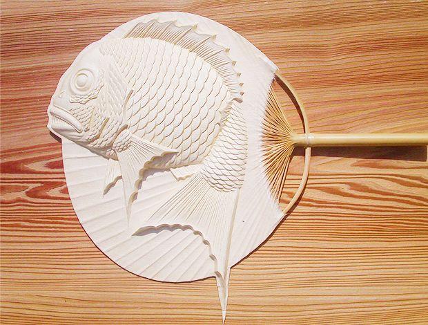 永田哲也さんの「団扇 跳ね鯛」    Beautiful round paper fan made with sea bream shaped wooden mold.