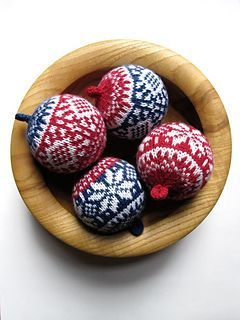 xmas knitted ball ornaments - free pattern