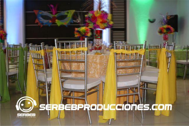 Este estilo es a una sola cinta, se manejo para la decoración cada mesa de un color, el color de la cinta es el mismo del mantel.