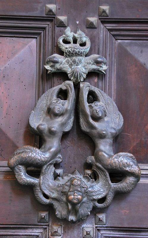 В Болонье дверные молотки утратили свою функциональность и превратились просто в украшения.
