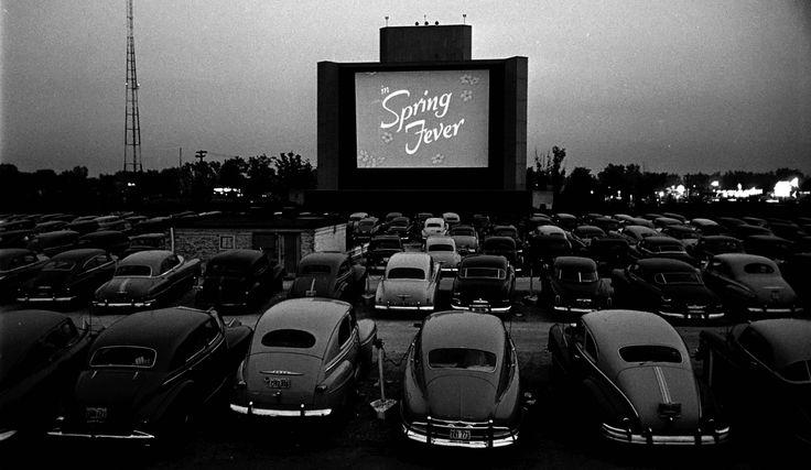 Μέσα στη ρετρό δεκαετία του 1950, τα drive-in cinemas κατείχαν ιδιαίτερη θέση.  Ο έφηβος νέος κάνοντας την επανάστασή του, έφευγε από το στενό οικογενειακό περιβάλλον τα βράδια αναζητώντας μία απελευθερωμένη μορφή τέχνης που δεν γνώριζε τείχη και καθωσπρεπισμούς,  Οδηγώντας το αναπαλαιωμένο αυτοκίνητό του για το οποίο ένιωθε απίστευτη υπερηφάνια, με συνοδηγό το κορίτσι του,  οδηγούσαν μέχρι έναν ανοιχτό χώρο πάρκινγκ όπου δέσποζε καταμεσής μία τεράστια οθόνη.