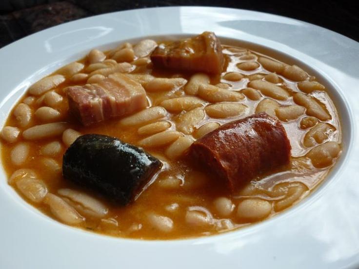 A la rica fabada asturiana. Grandes fabes, morcilla, tocino y chorizo.