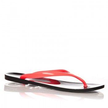 Fabricati in totalitate din cauciuc, papucii TanTan – Negru va protejeaza picioarele fara sa le incarce. Rosul din partea superioara a acestor papuci le aduce un plus de senzualitate.