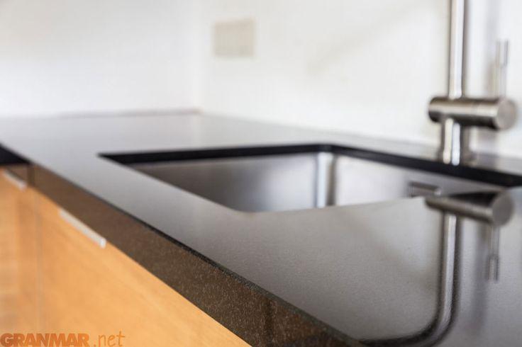 Blat granitowy w tej kuchni wykonaliśmy z klasycznego czarnego Nero Assoluto