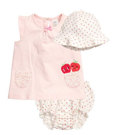 CONSCIOUS. 3-piece set in soft, organic cotton jersey. Top with a printed motif. Shorts and hat with printed pattern.