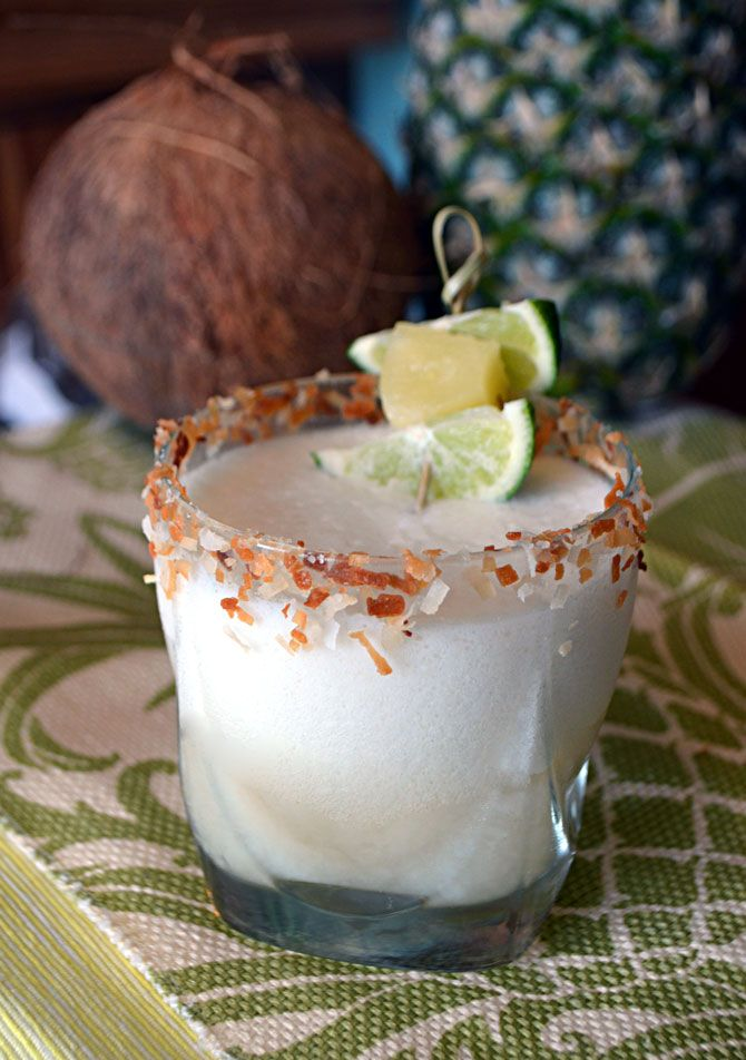Coco Pina Margarita. Perfect for Cinco de Mayo or a summer drink. Coconut and pineapple go great with tequila!  https://www.pinterest.com/carlotaperusqui/bebidas/