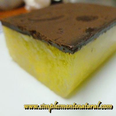 Gelatina vegan de laranja com cobertura de chocolate.