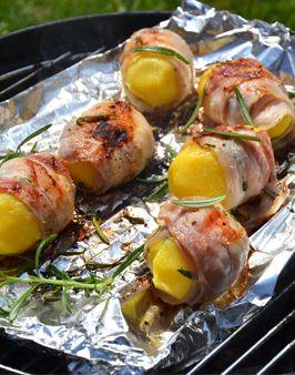 """GEGRILLTE FRÜHKARTOFFELN IM ROSMARIN-SPECKMANTEL - Zutaten für 2 Personen: 6 Frühkartoffeln """"Annabelle"""", 12 Scheiben Bacon, 2 Zweige Rosmarin, ca. 30g Butter, Salz, Pfeffer. Hier geht's zur Zubereitung: http://behr-ag.com/de/unsere-rezepte/rezeptdetail/recipe/gegrillte-fruehkartof.html"""