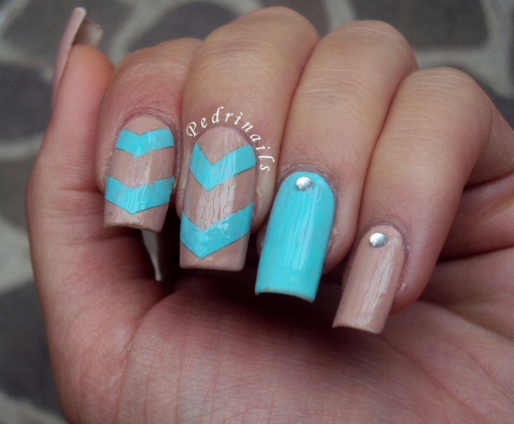 Tiffany and nude chevron manicure with rhinestones inspired to Kylettta   http://pedrinails.blogspot.it/2014/10/4-smaltopedia-20-nail-art-ispirata.html