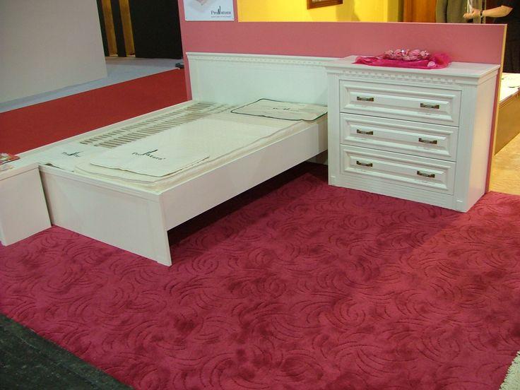 Szereted a fehér bútorokat? Mélyített marású festett ajtókkal készülő nappali bútor választható színnel és felülettel. A képen az elefántcsont színű látható,díszített pillérekkel és fogazott marással. #magdibutor