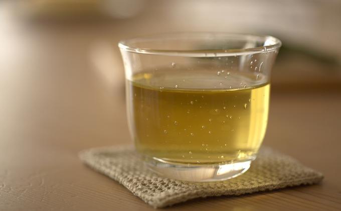 Té verde    Ya sea que lo tomes caliente o frío, o lo uses como una base estimulante para sopas o guisos, el té verde puede ayudarte a lucir más joven. De hecho, investigaciones chinas han encontrado que las personas que toman 3 tazas de té verde por día han reducido la velocidad del proceso de envejecimiento. La razón: el té verde probablemente mejora la estructura de tu ADN y retarda el encogimiento de las células que sucede durante el envejecimiento.