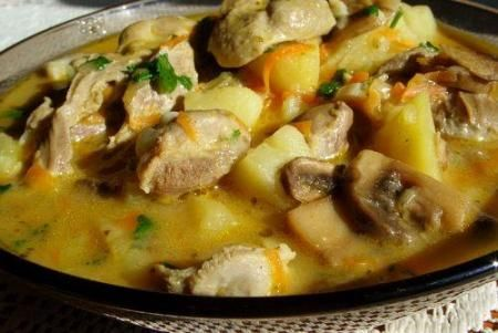 Zupa gulasz z żołądków drobiowych z ziemniakami