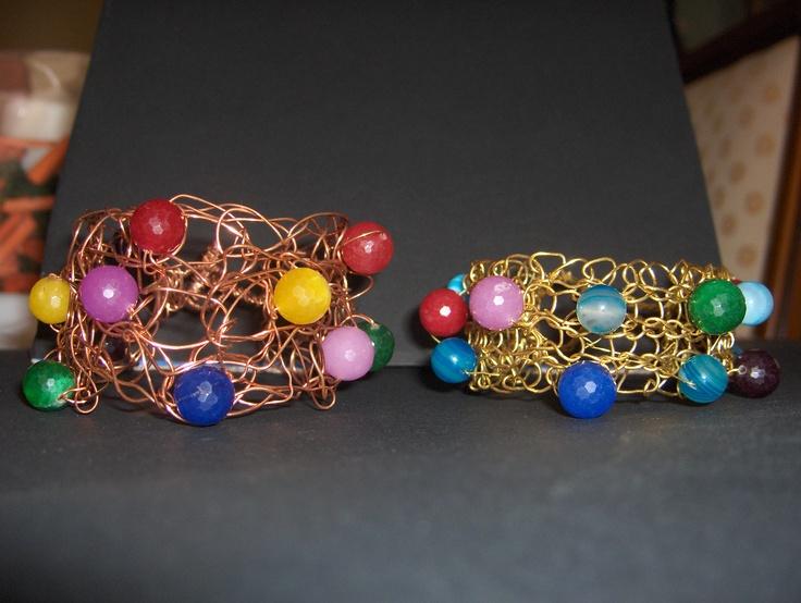 Bracciali intrecciati a mano in rame o ottone con giade colorate.
