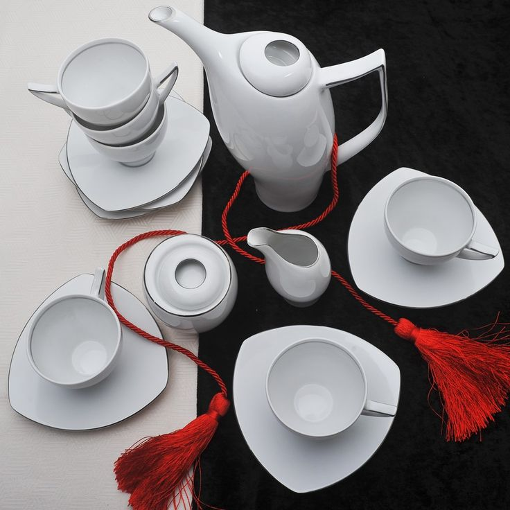 Έξι φλιτζάνια με τα πιατάκια τους για το τσάι ή τον καφέ, 1 τσαγιέρα, 1 γαλατιέρα και μία ζαχαριέρα, όλα με το γνωστό τριγωνικό σχέδιο tric με πλατίνα στο γείσο, από λευκή ευρωπαϊκή πορσελάνη.