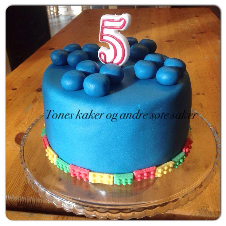 Sjokoladekake til bursdag. A Lego inspired cake for a birthday party. Tones kaker og andre søte saker.