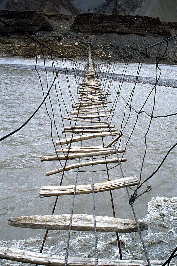 Pont dans la vallée de Hunza