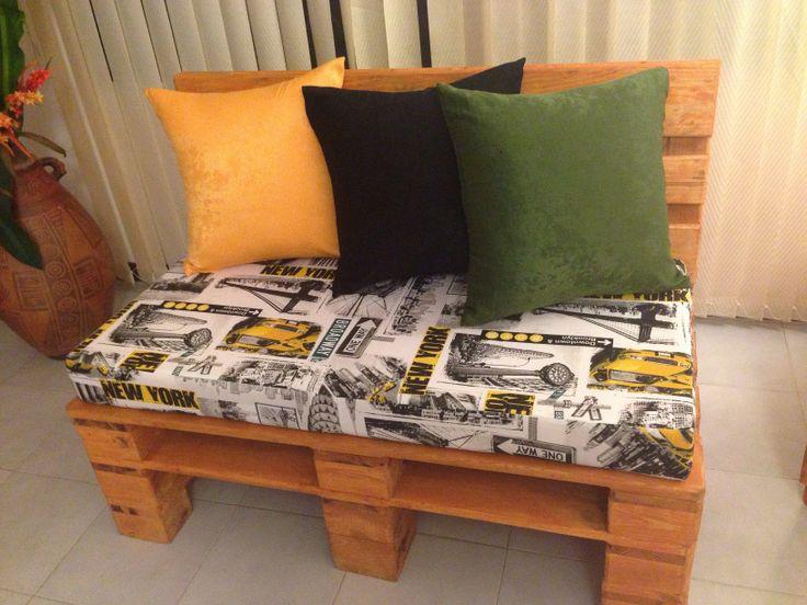 Mueble de sala hecho con estibas o palets, cojines artesanales y estampado neoyorquino.
