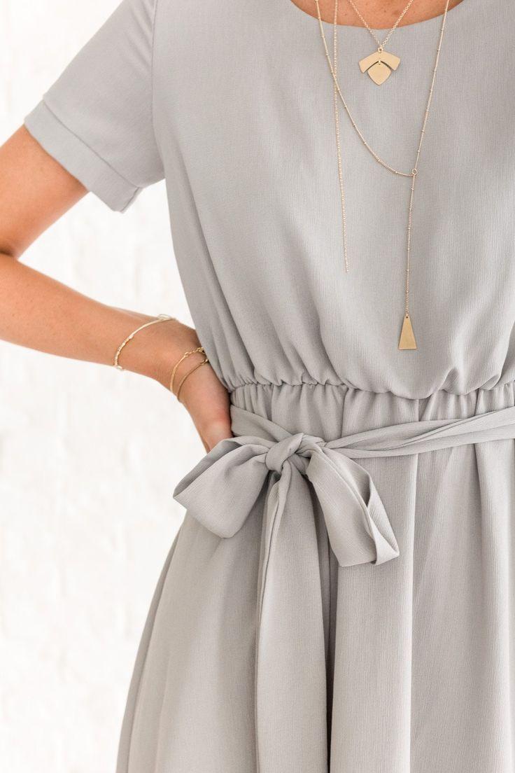 Graues Boutique-Kleid mit kurzen Ärmeln  Modestil, Graues kleid