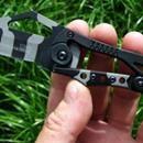 2521 Nůž Columbia SR s pantografem - maskáč:             Nůž Columbia SR s pantografovým skládáním-maskáč Nepoužívaný  - Značkový zavírací nůž Columbia SR USA Saber (model A-13) vyrobený firmou Columbia.    - Nůž je celokovový, jen v oblasti střenky je optřen protiskluzovým materiálem. Největší zajímavostí tohoto 16 cm dlouhého nože je ovšem způsob jeho zavíraní a jištění v otevřené poloze a to prostřednictvím pákového mechanismu.  - Noži také nechybí praktický klips na zaháknutí na kapsu…