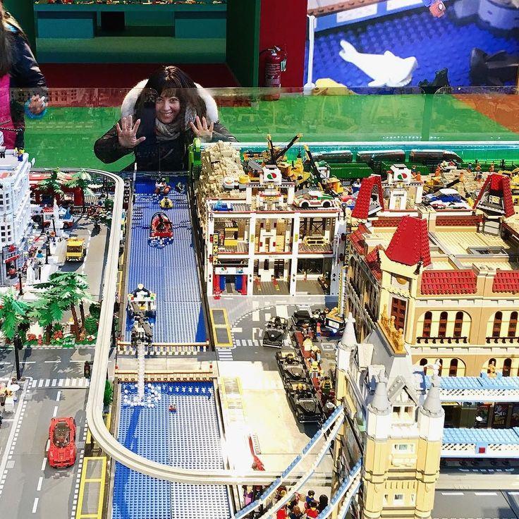 #legocity #latergram : bubusettete!! Comunque la foto la doveva fare inquadrandomi dal basso come se fossi stata in mezzo alla città!!  sono un'incompresa!! . . . #legoarchitecture #legominifigures #lego #legostagram #legophotography #legotoys #ig_italia #perspective #ig_europe #igerslazio #ig_lazio #ig_roma #igersroma #latergramsfordays #selfie #toystagram #costruzioni #construction #bricks #brickstagram #neverstopexploring #agameoftones #colorful @lego